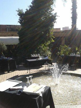 Rotisserie de la Paix: Courtyard