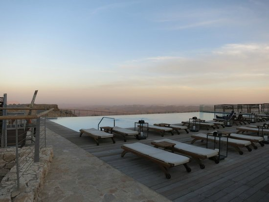 Beresheet Hotel by Isrotel Exclusive Collection : Infinity pool toward view of Ramon Crater