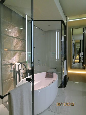 Keraton at The Plaza, a Luxury Collection Hotel (SPG by Marriott International): Bathroom