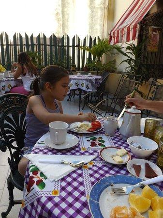 Casa Colonial La terraza: Mi hija, disfrutando los deliciosos desayunos