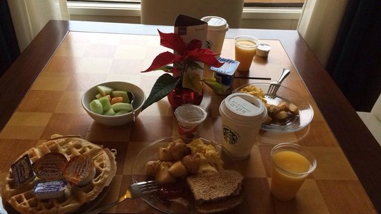Sheraton Bellevue: Club level continental breakfast