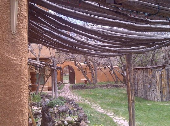 Old Taos Guesthouse B&B: walk path behind dining area next to Hot tub