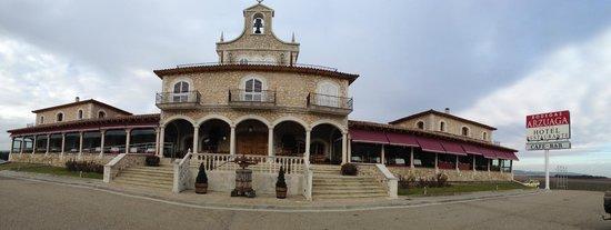 Hotel & Spa Arzuaga: Fachada principal, vista desde la puerta de entrada la recinto.