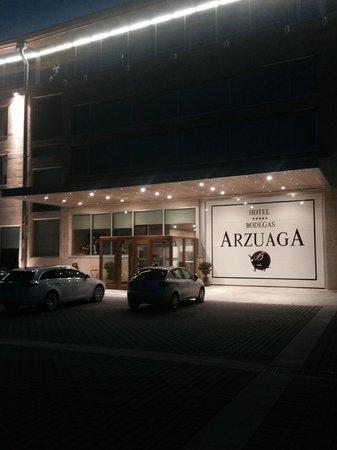 Hotel & Spa Arzuaga: Entrada al hotel - Vista nocturna.