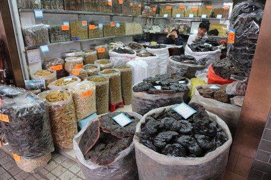 Qingping Medicine Market : Spice trade at the bustling market