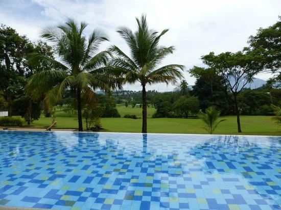 Novotel Manado Golf Resort & Convention Centre: Pool area