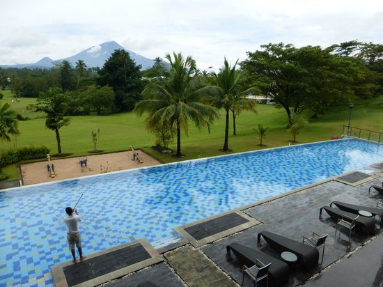 Novotel Manado Golf Resort & Convention Centre: Pool with a view
