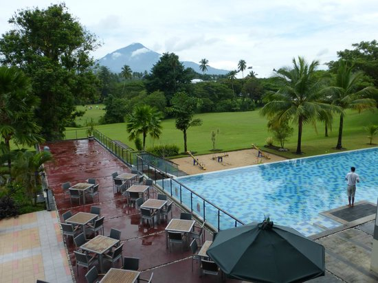 Novotel Manado Golf Resort & Convention Centre: Pool and terrace