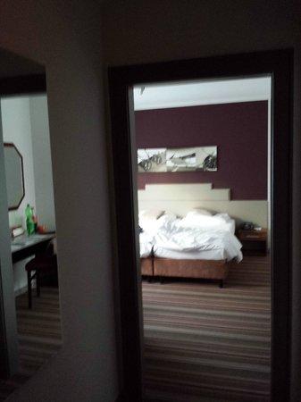 Leonardo Inn Hotel Hamburg Airport: Eingangsbereich zum Zimmer