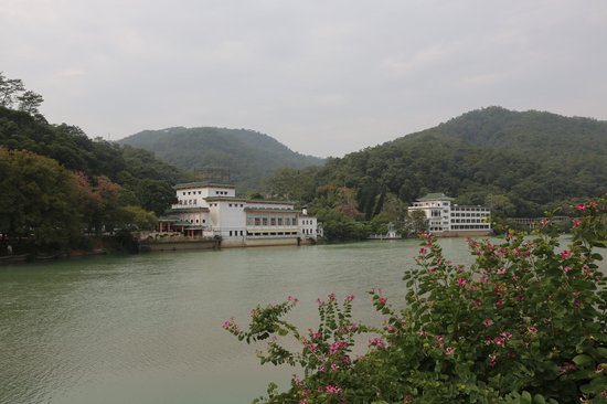 Guangdong Hot Spring Hotel: Lodging and Restaurant on the Liuxi River