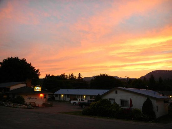Falls Motel : Sunset over the motel