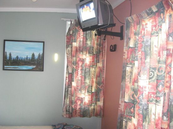 Whanganui Seaside Holiday Park : drapes hanging off, room all mismatched, tv hard to work