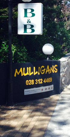 Mulligans Guest Lodge: Entrance
