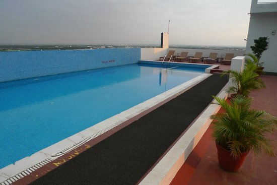 Gokulam Park Coimbatore: swimming pool on the roof terrace
