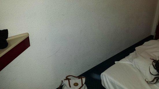 Motel 24h Cologne: Wand, leider sind die Verschmutzungen nicht so gut zu sehen