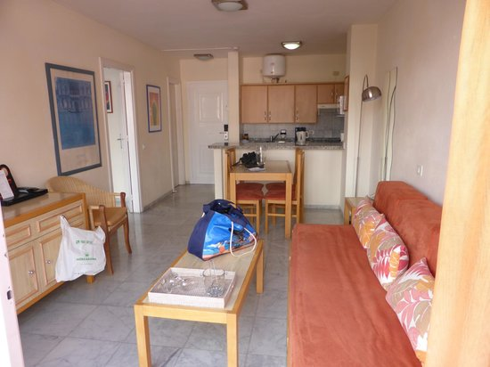 Marola Park : Living/dining room and kitchen