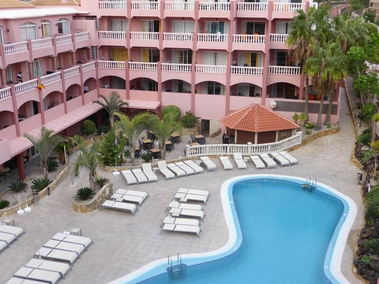Marola Park: View of rooms opposite, pool and pool bar