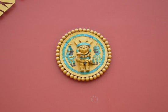 Museo Tumbas Reales del Senor de Sipan: Muestra externa del Retrato en orfebrería del Jerarca que se exhibe en el interior del museo.