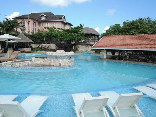 Sandals Ochi Beach Resort: pool
