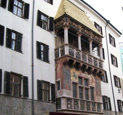 The Golden Roof (Goldenes Dachl): Il Tettuccio d'Oro con i suoi Bassorilievi e stemmi