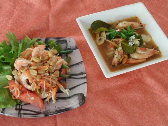 Ardres, Frankrike: Salade de papaye et soupe thaï aux moules et crevettes