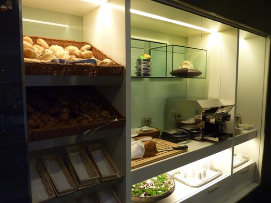Hotel Palazzo Zichy: Fresh fruit and pastries