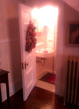 Rose Hill Bed & Breakfast : Entry hall half-bath