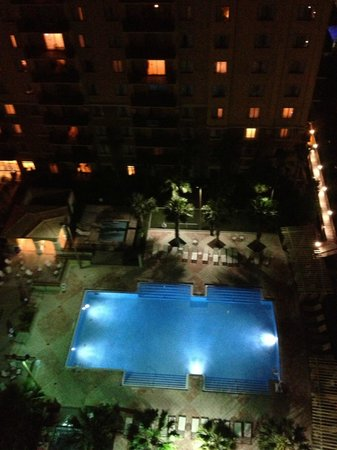 Lake Eve Resort: vista noturna do hotel