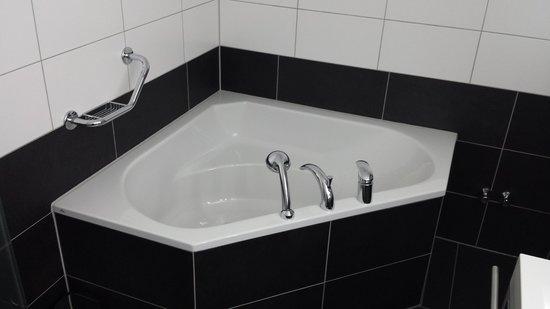 Parkhotel Quellenhof: bagno suite superior