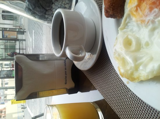 Hotel Plaza Mayor: Desayunos with a street-level view.