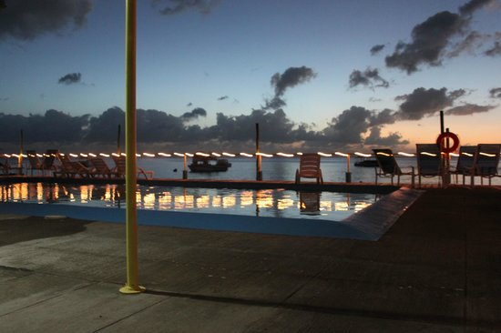 Anchorage Hotel & Dive Center : Anchorage's pool at night