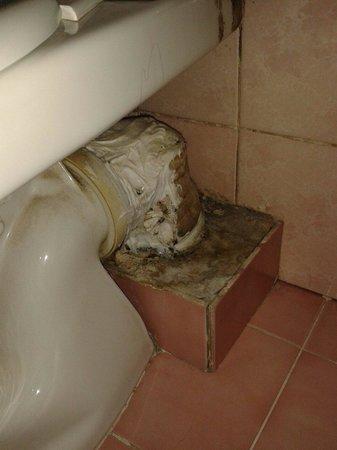 Hotel Antin Saint Georges: L'arrière de la cuvette des wc