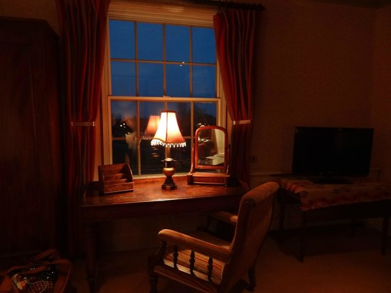Black Lion Hotel : the warm ambience of the Chablis room