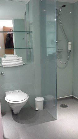 Ramada Encore Bournemouth: toilet