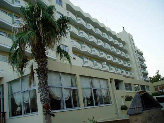 Lordos Beach Hotel: Отель, вид от бассейна