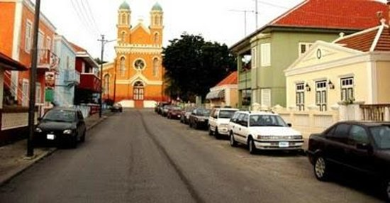 Poppy Hostel Curacao: Mgr. Niewindstraat with view of Santa Famia Church