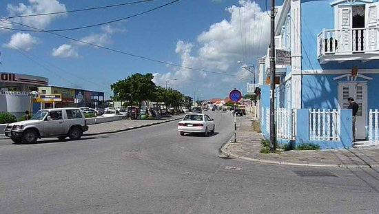 Poppy Hostel Curacao: View of the Rodeweg with 5 Fingers Bar/Restaurant at right.