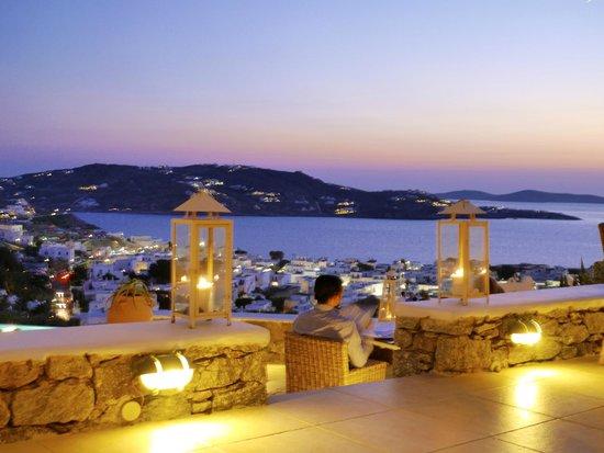 Vencia Hotel : restaurant at dusk