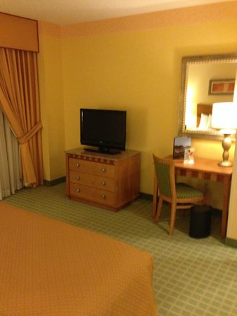 Embassy Suites by Hilton Northwest Arkansas: TV / work area in bedroom