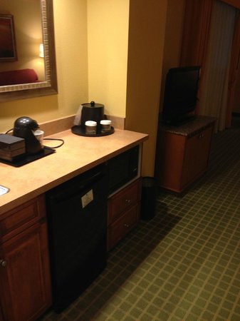 Embassy Suites by Hilton Northwest Arkansas: Fridge / microwave / TV in living area