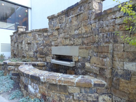 Hotel Talisa, Vail : Outside wall near more secluded Hot Tub