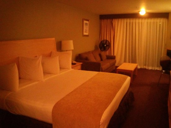 Inn at Wecoma Lincoln City: Yes the king bed is as comfortable as it looks. Nice linens and plenty of pillows too!