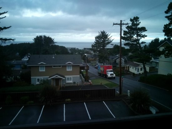 Inn at Wecoma Lincoln City: Here is the view in the morning from our balcony in room 323, you can easily hear the ocean too.