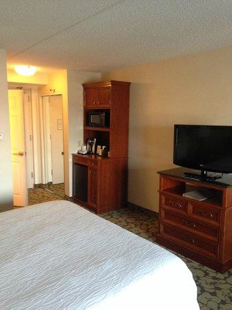 Hilton Garden Inn Islip/MacArthur Airport: Fridge / TV from far side of room