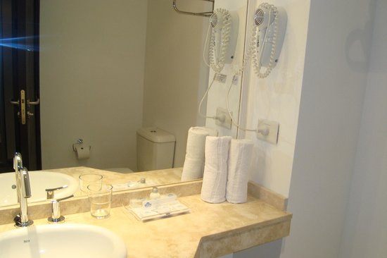 Howard Johnson Hotel and Convention Center Madariaga Carilo: baño