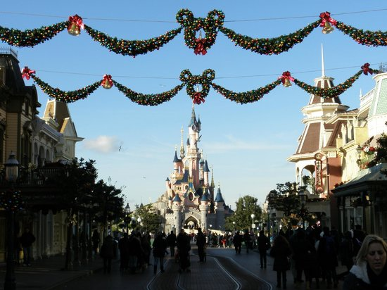 disneyland paris christmas decorations on main street - Disneyland Christmas Decorations