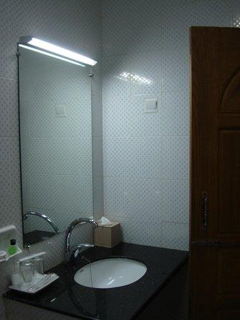 Aung Tha Pyay Hotel: bathroom