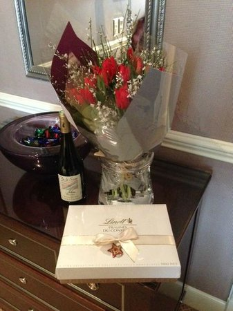 Hotel d'Angleterre : Nice (prearranged) room greeting of chocolates and flowers