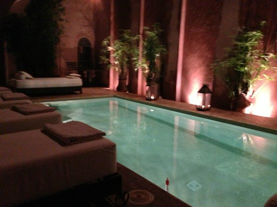 Riad Noir d'Ivoire: Open air courtyard with functional swimming pool and 4 waterfalls