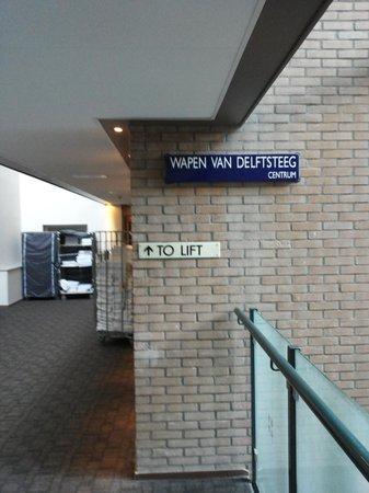 Hampshire Hotel - Eden Amsterdam : Simpatica la targa della via interna all'hotel,i corridoi dei vari piani si affacciano su un and
